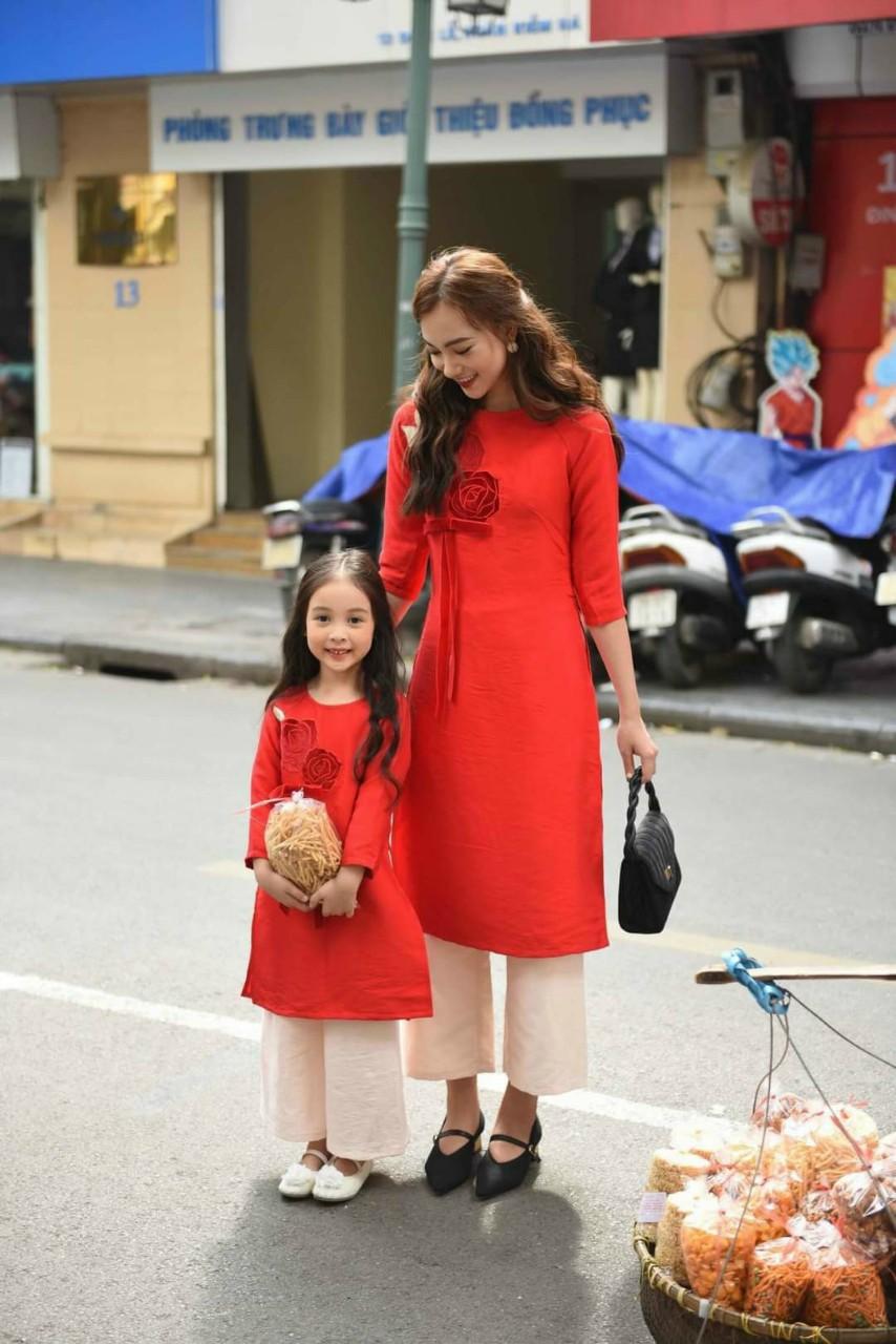 áo dài cách tân cho mẹ bé màu vàng