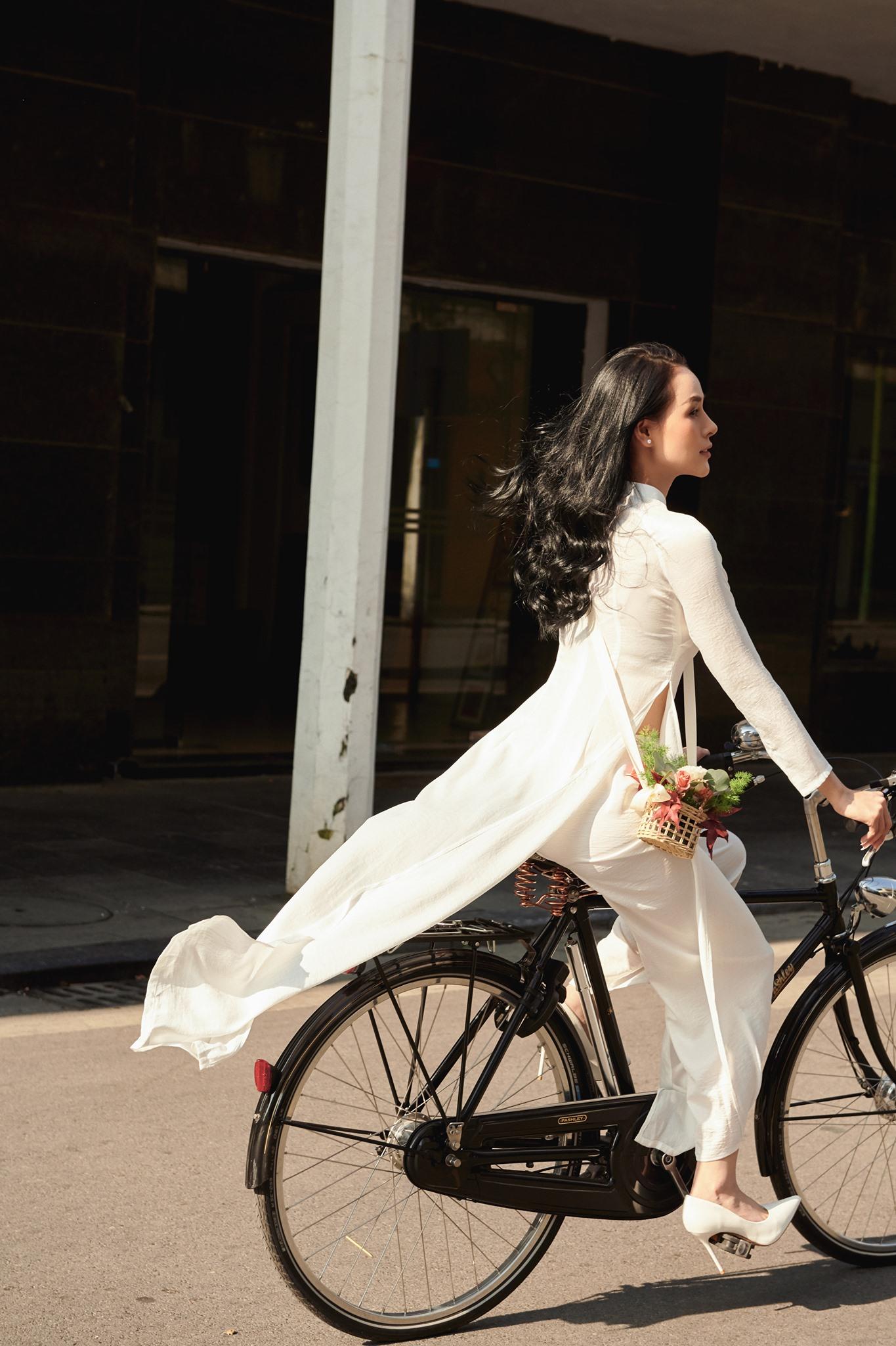 Áo dài trắng thêu hoa