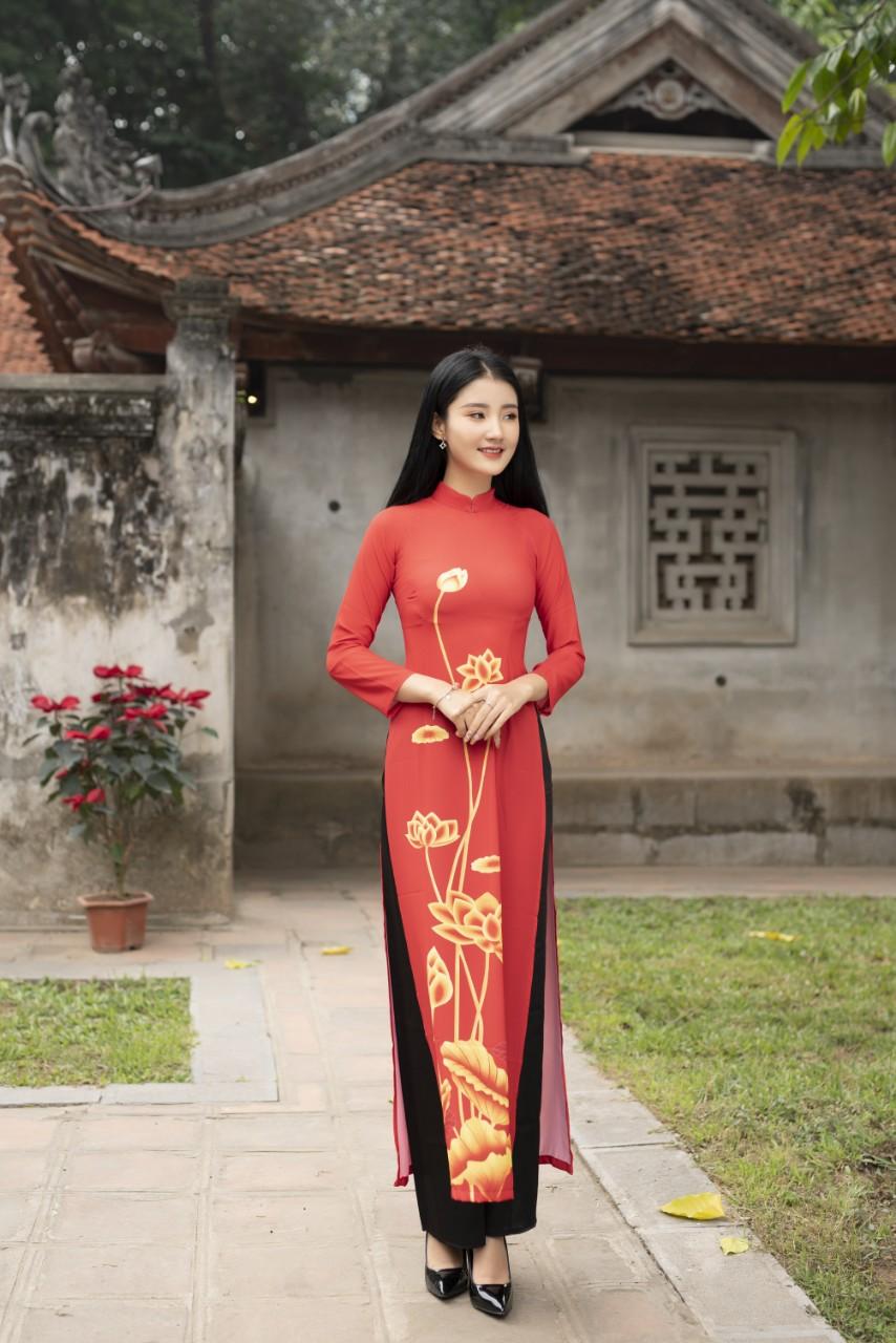Áo dài hoa sen màu vàng